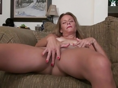 Usa sexually available mom Jayden Matthews dongs her old pussy