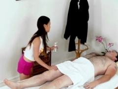 Super sexy masseuse likes her job when well-endowed man is a user