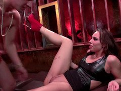 Comrades share trouble-free slut in red shoes in fervent threesome