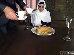 Belle arabe Hungry Female Gets Food and Fuck