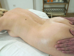 MILF corrupted masseur and made him satisfy her at session