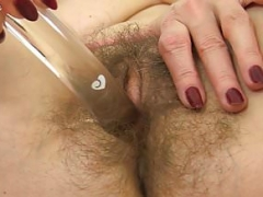UK sexually available mom Josie toys her hairy fanny on toilet