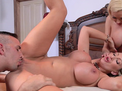 A duo hot women are getting to feel a flag pole in this hot 3-way