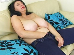 English eager mom Sabrina lets you enjoy her hungry fanny