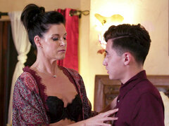 Mature masseuse India Summer gives her client a happy ending