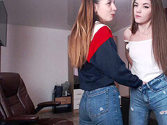 2 chicks in tight jeans doing a webcam-show