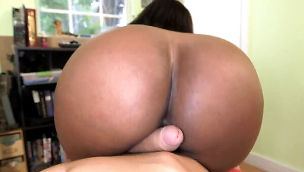 Fat rear of black female Layla Monroe turns young man on