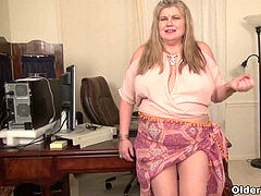 plumper cougar enjoy Goddess gives her pantyhosed pussy a treat